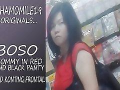 Boso mẹ trong chiếc váy màu đỏ đen panty